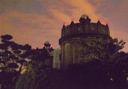 点灯する双子の給水塔