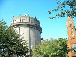給水塔と記念碑
